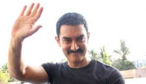 Aamir Khan supports Anna at Ramlila maidan in Delhi