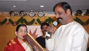 Vairamuthu receives Ilakkiya Chinthanai award for his book Moonraam Ulaga Por