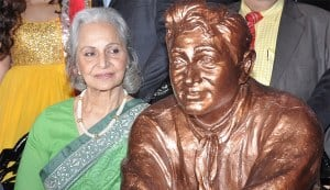 Waheeda Rehman unveils Dev Anand's statue on his first death anniversary